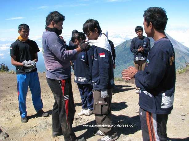 upacara penyematan syal pendakian