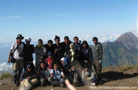 foto di puncak Syarif dengan latar belakang gunung Merapi